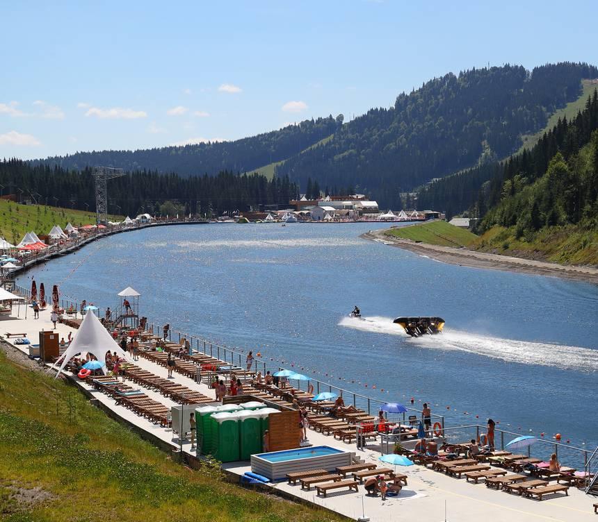 Пляж на горном озере, Летние развлечения - Буковель. Горнолыжный и SPA курорт в Карпатах
